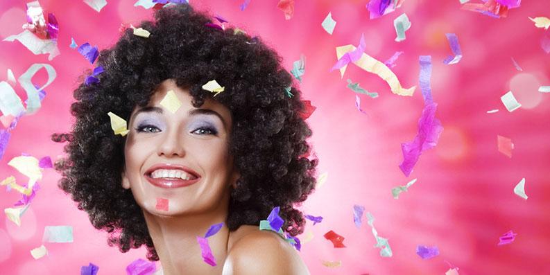 """Karneval – bunt geschminkt und mit """"verrückter"""" Perücke"""