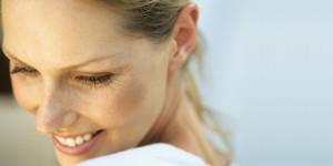 Lächelnde Frau mit kleinen Falten an den Augen