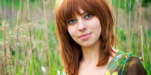 Frau mit rot gefärbten Haaren in Feld