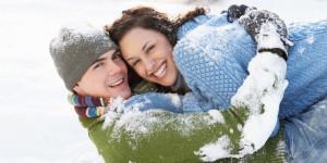 Mann und Frau umarmen sich im Schnee