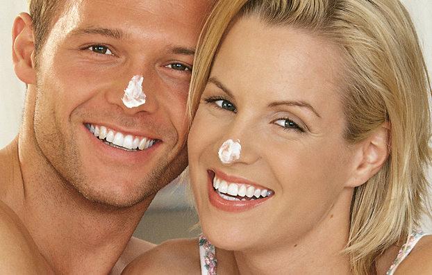 Frau und Mann mit Creme auf der Nase