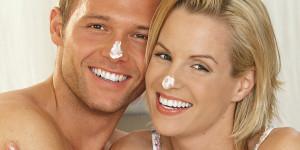 Mann und Frau mit Creme auf der Nase
